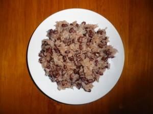 Nấu bằng đậu đỏ (adjuki bean) nên có mầu như thế này