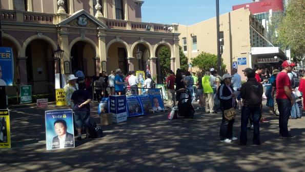 Xếp hàng bỏ phiếu ở tòa thị chính