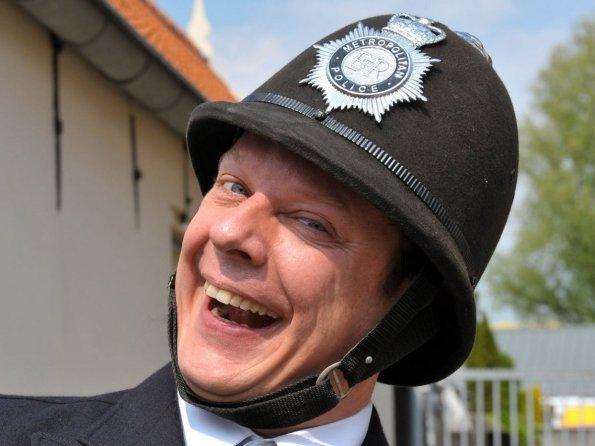 Anh cảnh sát này sẽ phải thay đổi một số thứ trên người. Ảnh BI